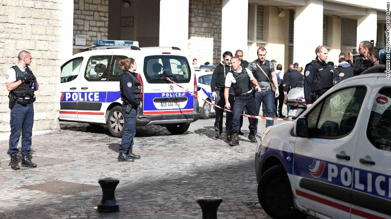 170809091844-02-paris-soldiers-incident-0809-exlarge-169
