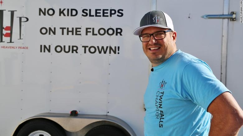 Man quits his job to build beds for children in need and his charity is now taking off